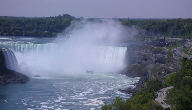 1280px-Niagara_Falls_and_Maid_of_the_Mist_2005