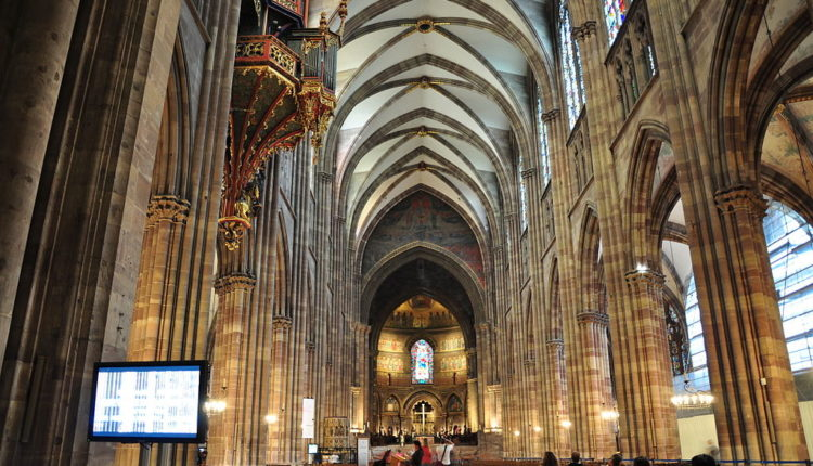 1024px-Nef_de_la_cathédrale_de_Strasbourg[1]